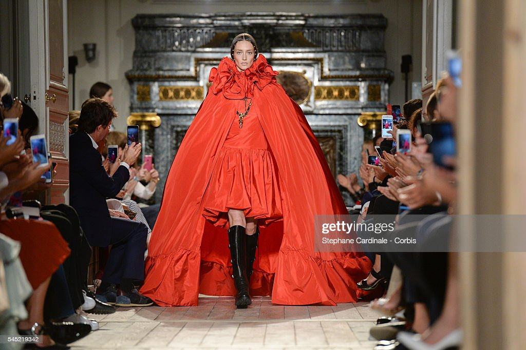Valentino : Runway - Paris Fashion Week : Haute Couture F/W 2016-2017 : News Photo