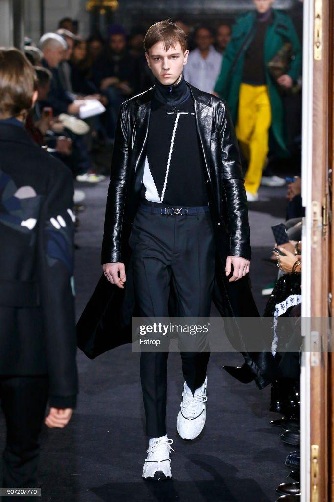 Valentino : Runway - Paris Fashion Week - Menswear F/W 2018-2019 : ニュース写真