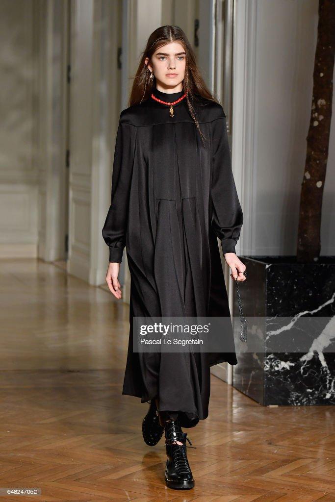 Valentino: Runway - Paris Fashion Week Womenswear Fall/Winter 2017/2018 : News Photo