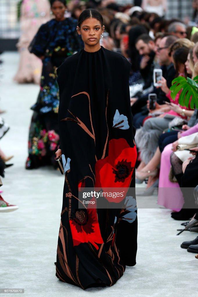 Valentino : Runway - Paris Fashion Week Womenswear Fall/Winter 2018/2019 : ニュース写真