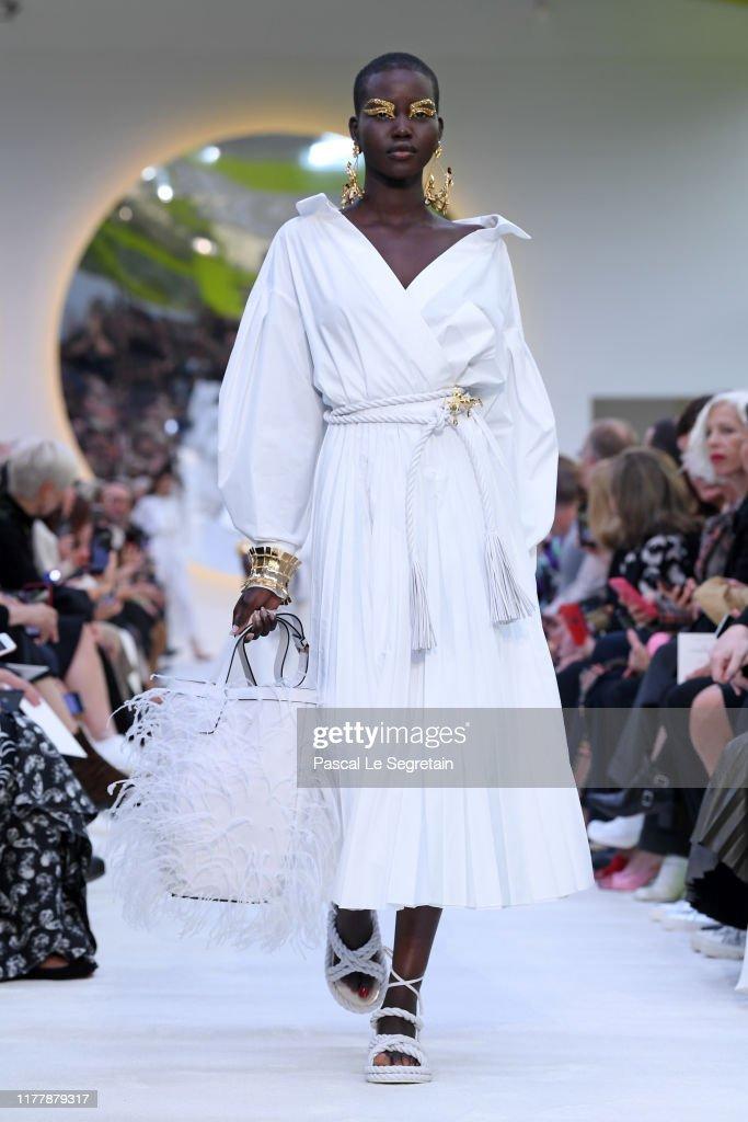 Valentino : Runway - Paris Fashion Week - Womenswear Spring Summer 2020 : Fotografía de noticias