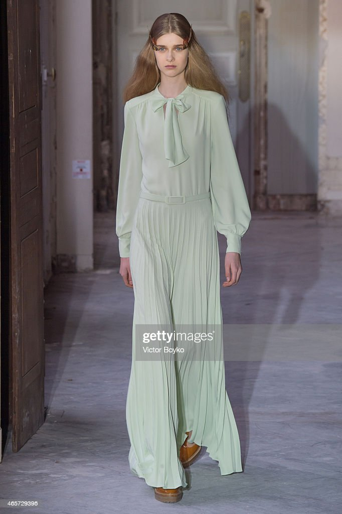 Veronique Branquinho : Runway - Paris Fashion Week Womenswear Fall/Winter 2015/2016 : News Photo