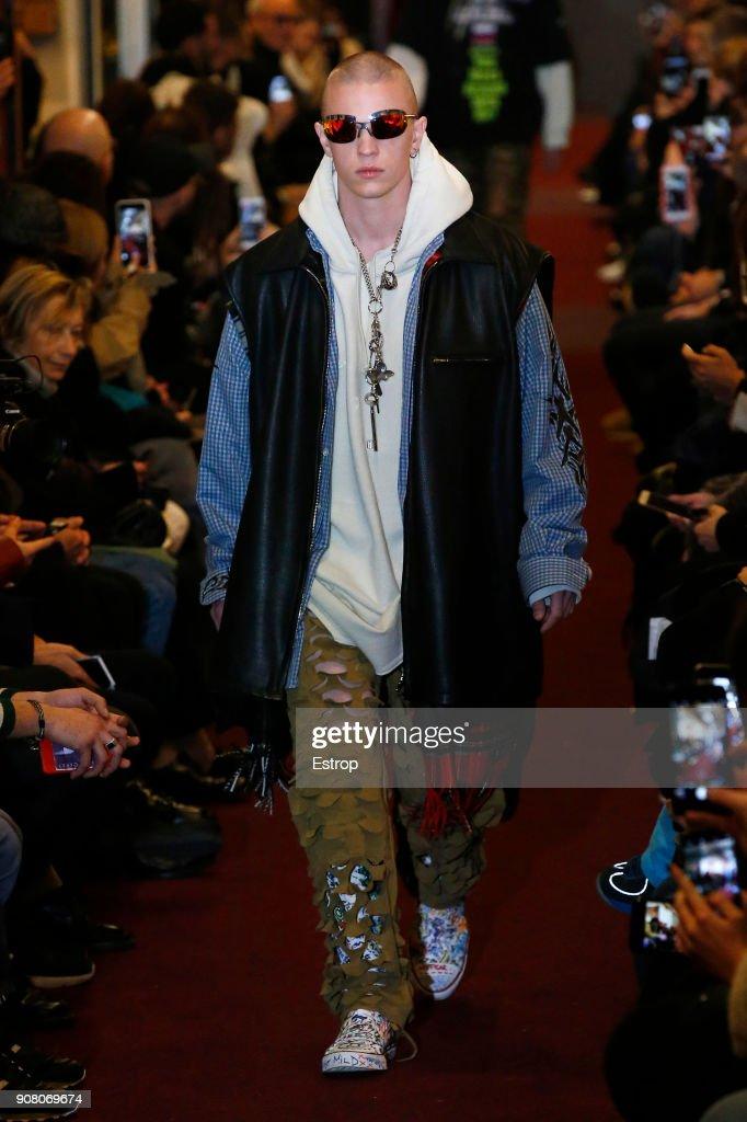 Vetements : Runway - Paris Fashion Week - Menswear F/W 2018-2019 : ニュース写真