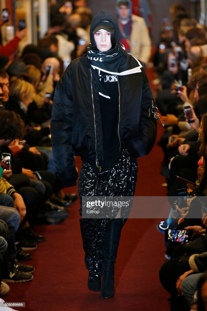Vetements : Runway - Paris Fashion Week - Menswear F/W 2018-2019 : Nachrichtenfoto