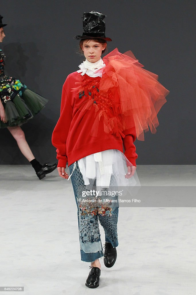 Viktor & Rolf : Runway - Paris Fashion Week - Haute Couture Fall/Winter 2016-2017 : News Photo