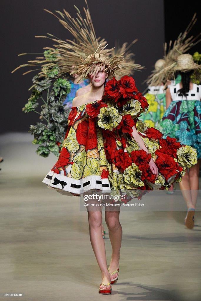 Viktor&Rolf : Runway - Paris Fashion Week - Haute Couture S/S 2015 : News Photo