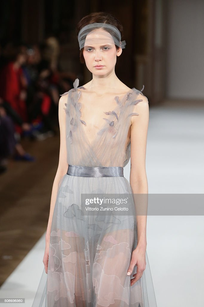 Yanina Couture : Runway - Paris Fashion Week - Haute Couture Spring Summer 2016 : Nyhetsfoto