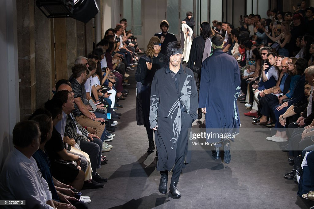 Yohji Yamamoto : Runway - Paris Fashion Week - Menswear Spring/Summer 2017 : News Photo