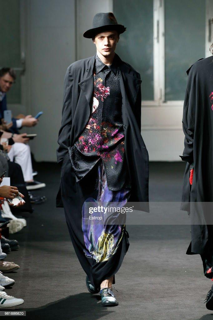 Yohji Yamamoto: Runway - Paris Fashion Week - Menswear Spring/Summer 2019 : ニュース写真