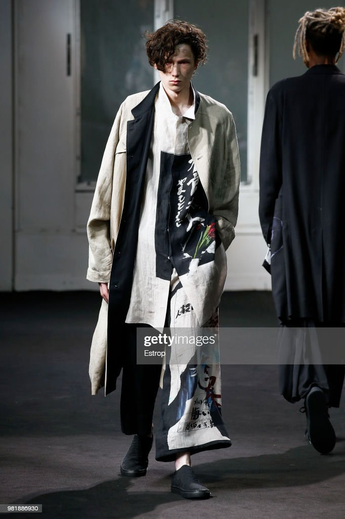 Yohji Yamamoto: Runway - Paris Fashion Week - Menswear Spring/Summer 2019 : Nachrichtenfoto