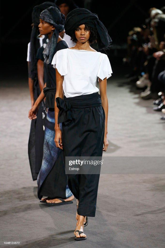 Yohji Yamamoto : Runway - Paris Fashion Week Womenswear Spring/Summer  2019 : Fotografia de notícias