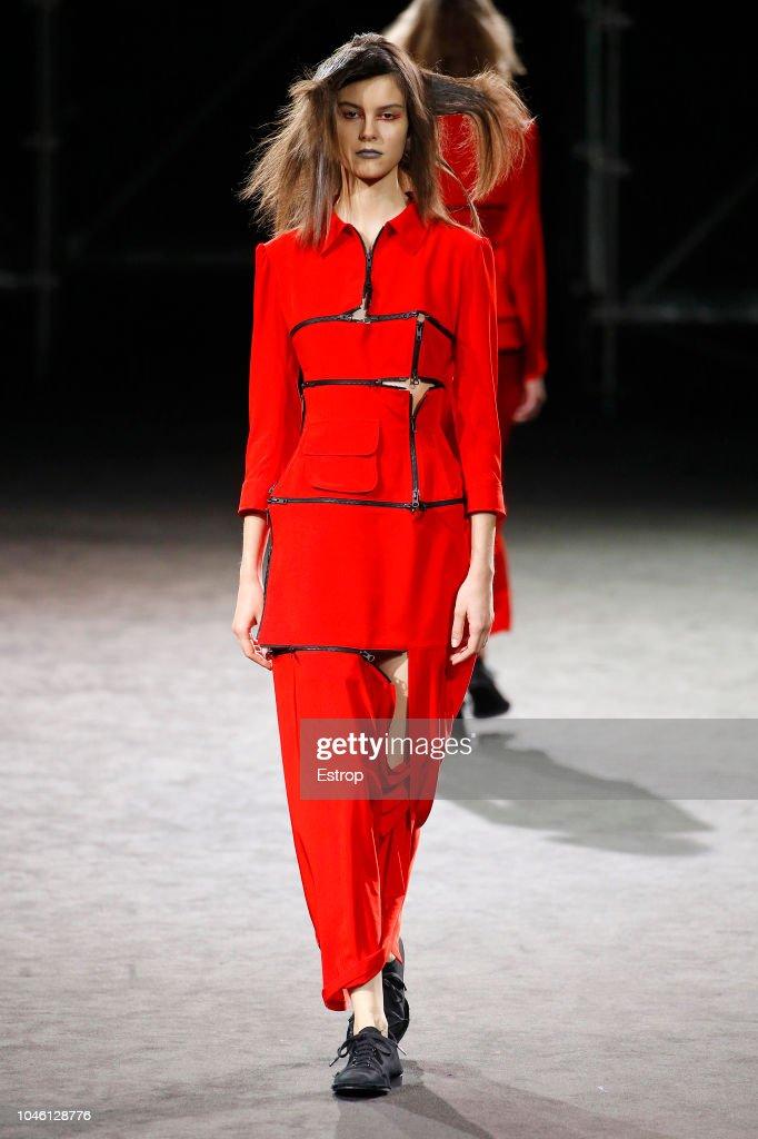 Yohji Yamamoto : Runway - Paris Fashion Week Womenswear Spring/Summer  2019 : News Photo