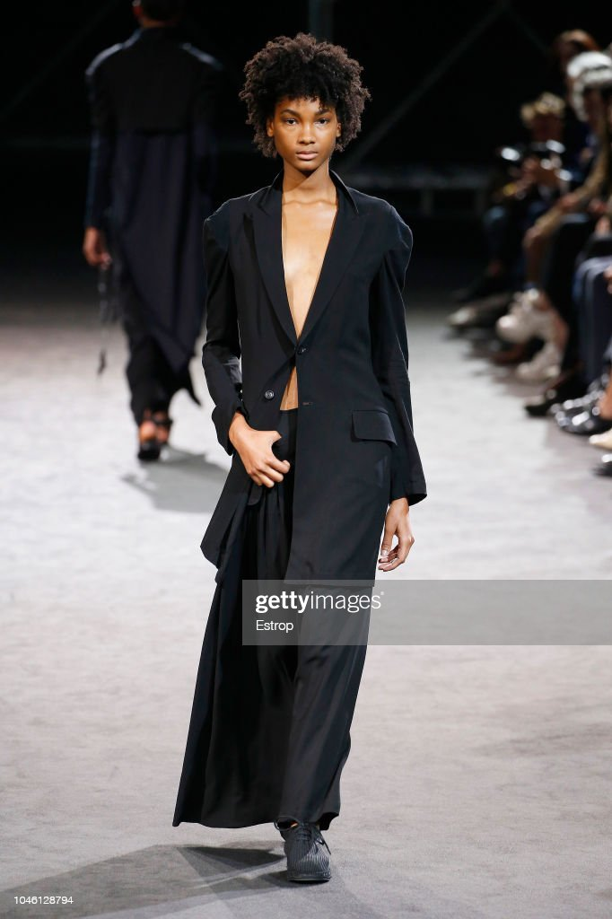 Yohji Yamamoto : Runway - Paris Fashion Week Womenswear Spring/Summer  2019 : Foto jornalística