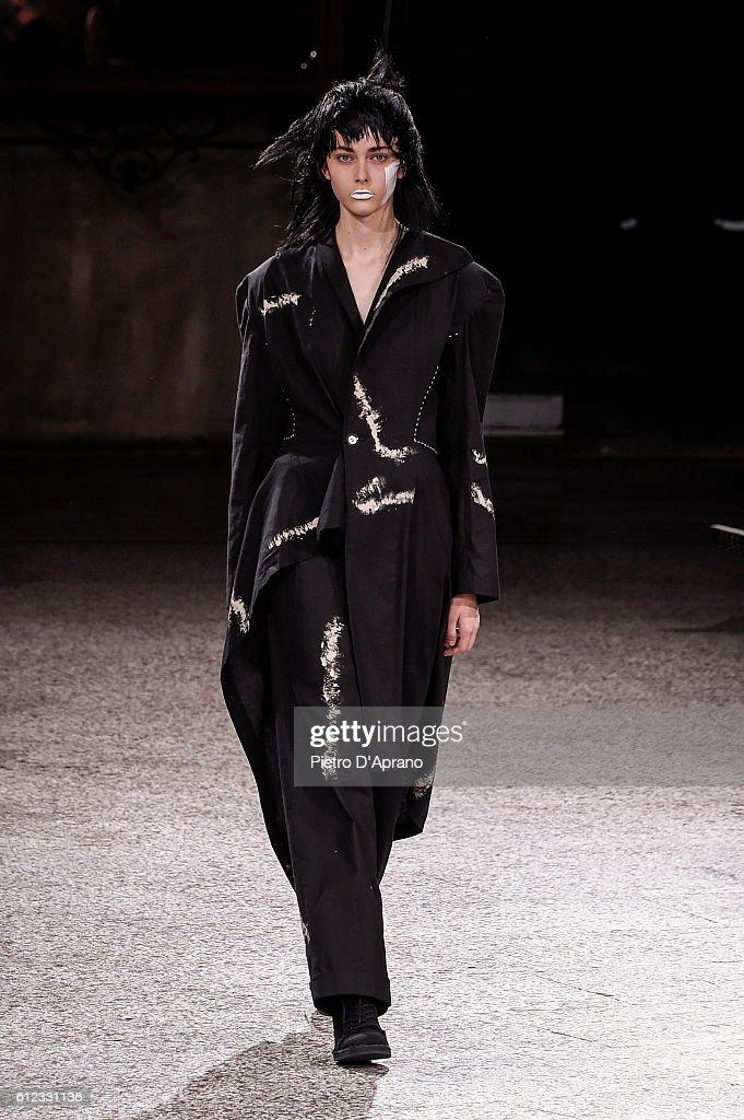Yohji Yamamoto : Runway - Paris Fashion Week Womenswear Spring/Summer 2017 : News Photo