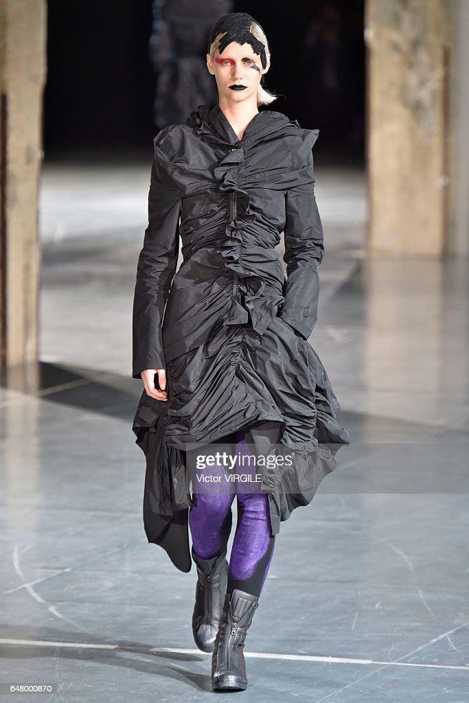 Yohji Yamamoto : Runway - Paris Fashion Week Womenswear Fall/Winter 2017/2018 : News Photo