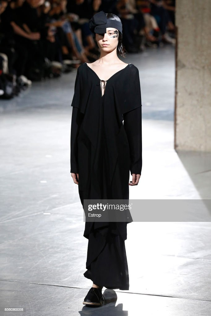 Yohji Yamamoto : Runway - Paris  Fashion Week Womenswear Spring/Summer 2018 : ニュース写真
