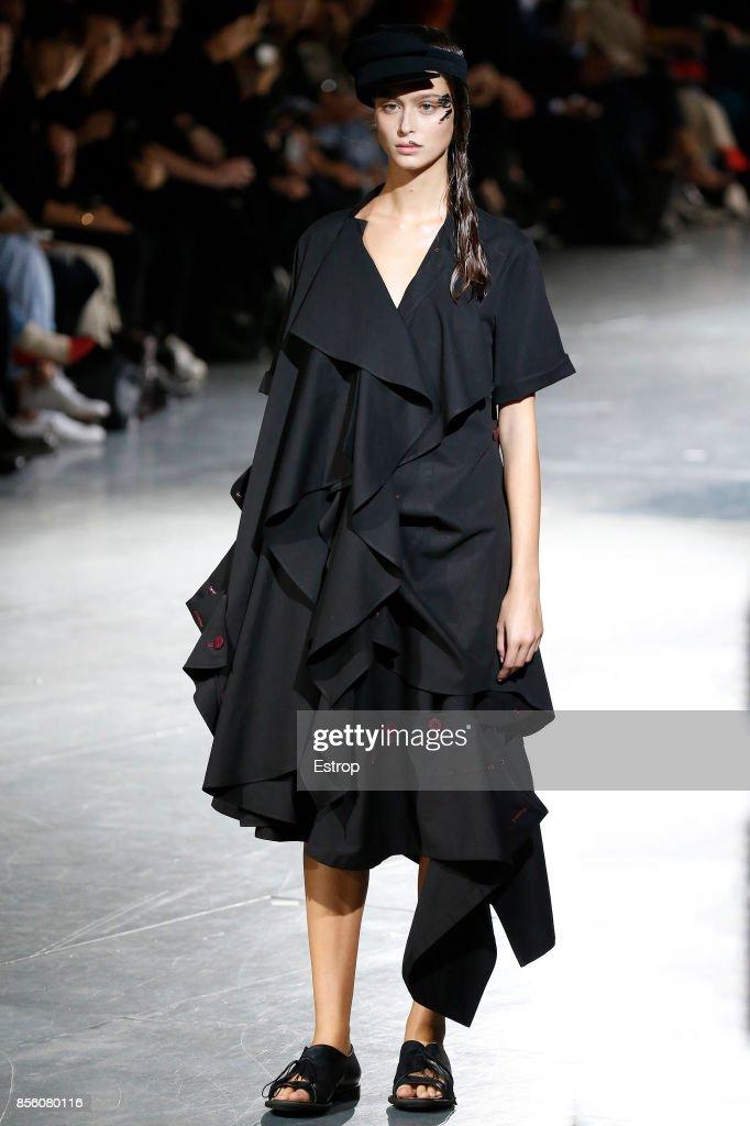 Yohji Yamamoto : Runway - Paris  Fashion Week Womenswear Spring/Summer 2018 : ニュース写真