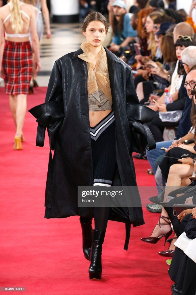 Y/Project : Runway - Paris Fashion Week Womenswear Spring/Summer 2019 : Nachrichtenfoto