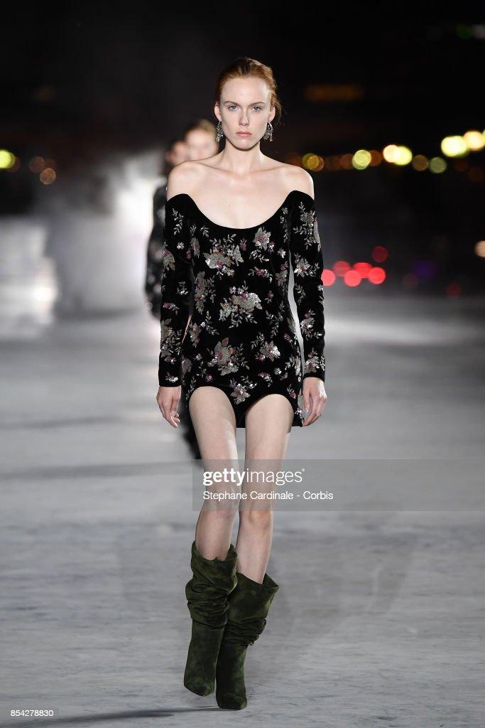 Yves Saint Laurent : Runway - Paris Fashion Week Womenswear Spring/Summer 2018 : ニュース写真