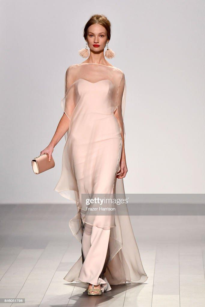 Badgley Mischka - Runway - September 2017 - New York Fashion Week: The Shows : News Photo