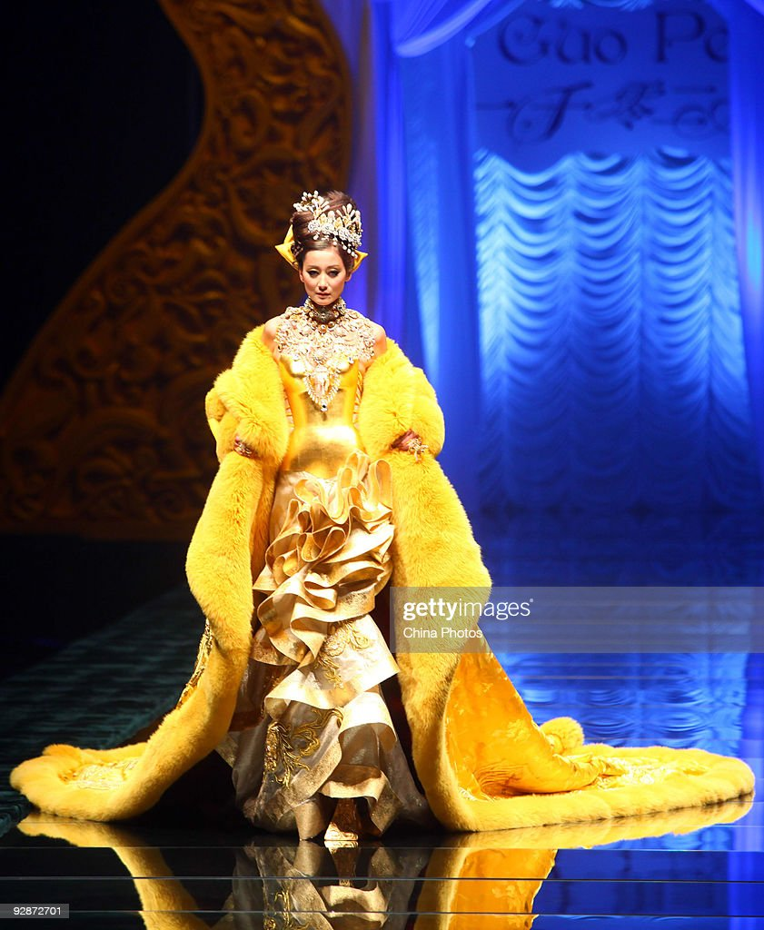 2010 China Fashion Week - 'Rosestudio' Guo Pei High Class Fashion Show : News Photo