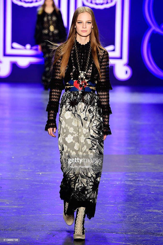 Anna Sui - Runway - Fall 2016 New York Fashion Week: The Shows : News Photo