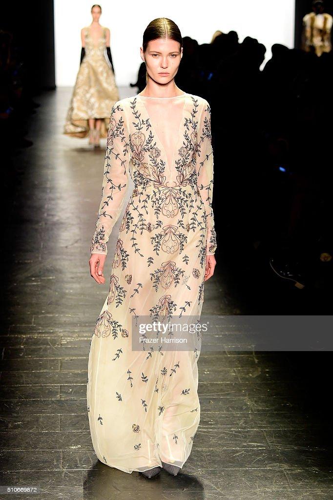 Dennis Basso - Runway - Fall 2016 New York Fashion Week: The Shows : News Photo