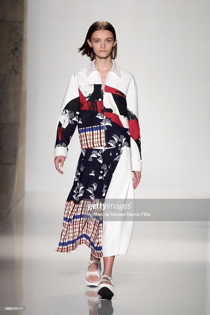 Victoria Beckham - Runway - Spring 2016 New York Fashion Week : News Photo