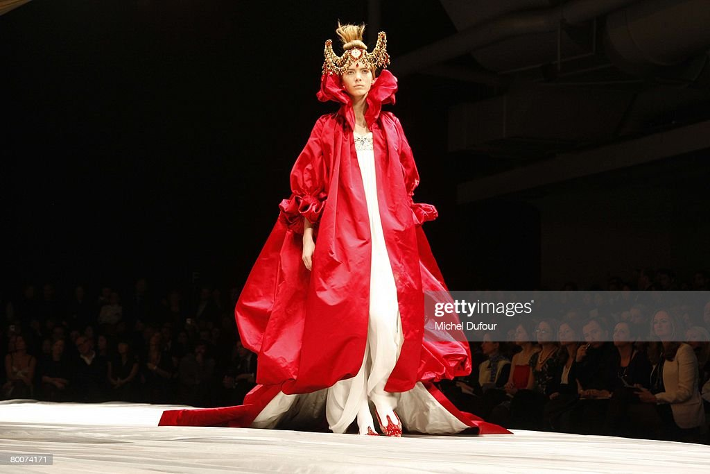 Alexander McQueen- PFW Fall Winter 2008/09 - Front Row & Arrival : News Photo