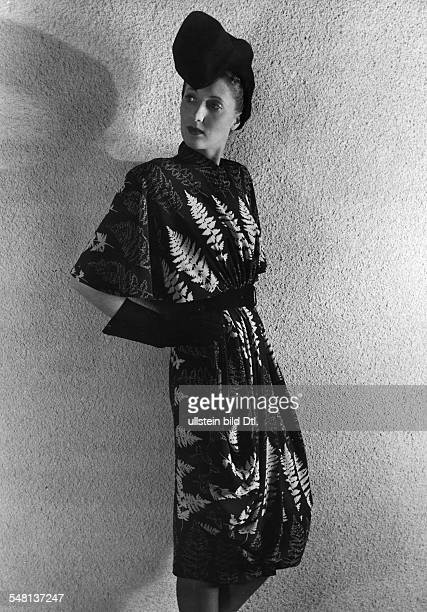 Model wearing a dress with fern pattern 1950 Photographer Regine Relang Vintage property of ullstein bild