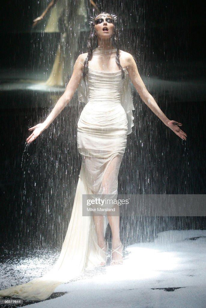 Alexander McQueen - American Express Black - Fashion Show : News Photo