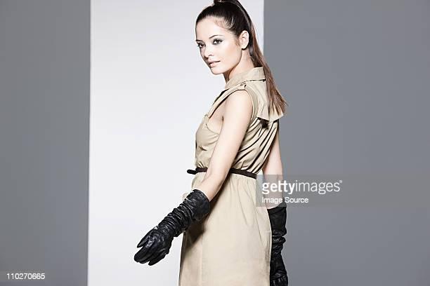 modelo usando vestido bege na passarela no desfile de moda - passarela palco imagens e fotografias de stock