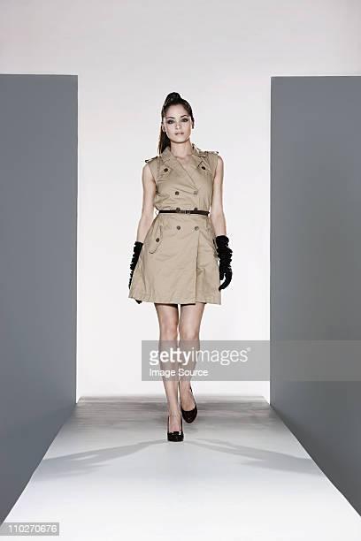 Das Model in beige dress auf dem Laufsteg bei fashion show