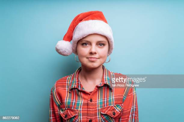 model wearing santa hat and plaid shirt - chapéu de papai noel - fotografias e filmes do acervo