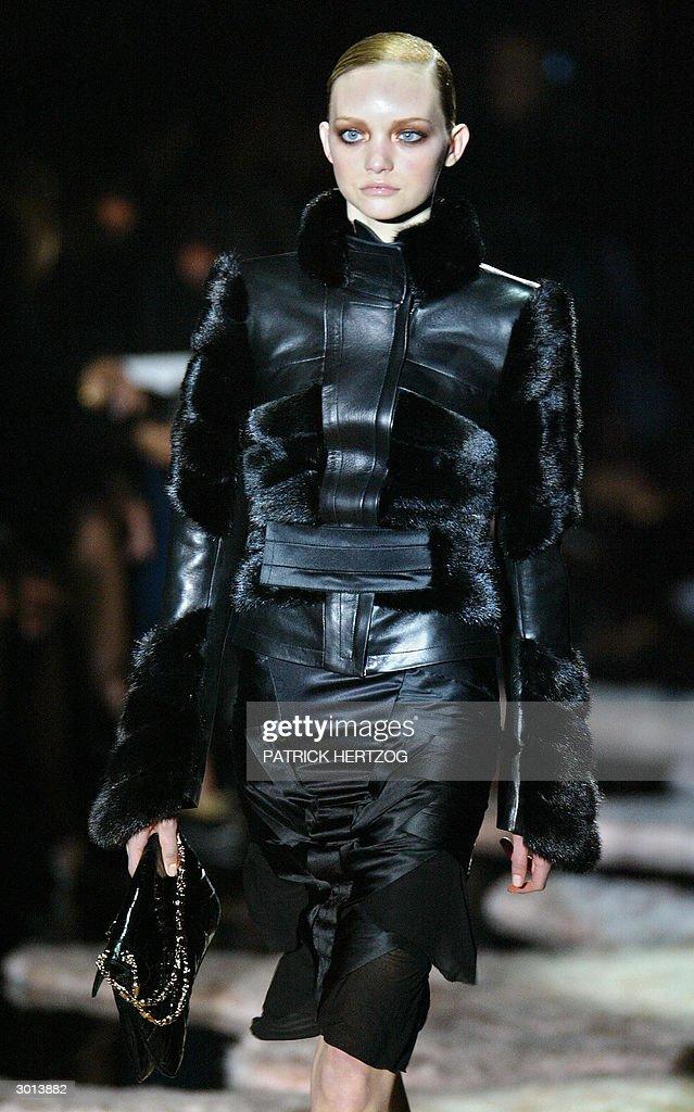 A model wears a creation as part of US d : Fotografía de noticias