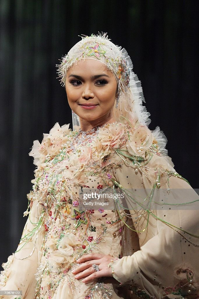 A model wears Radzuan Radziwill at the Islamic Fashion Festival on the third day of Malaysian-International Fashion Week at the Kuala Lumpur Convention Centre on November 25, 2006 in Kuala Lumpur, Malaysia.