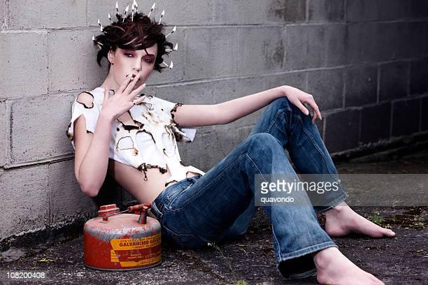 Schöne junge Frau, die Mode Model Rauchen und Spielen in den Haaren