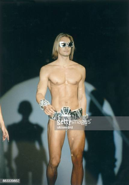 Modell Schweden bei der Modenschau im Rahmen der Veranstaltung 'Gesicht 94' in der Staatsoper in Berlin Kleidung von Thierry Mugler