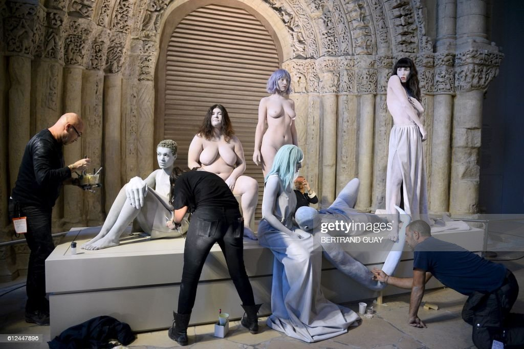 Models are prepared as part of an art performance for the set of the Kenzo 2017 Spring/Summer ready-to-wear collection fashion show, on October 4, 2016 in Paris. / AFP / BERTRAND