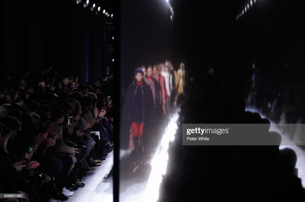 Hermes : Runway - Paris Fashion Week Womenswear Fall/Winter 2017/2018 : News Photo
