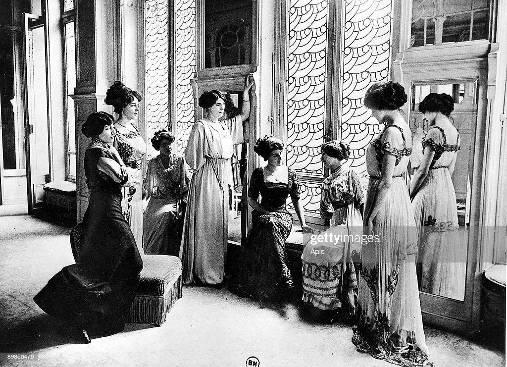 Models in a parisian fashion house c. 1900 : News Photo