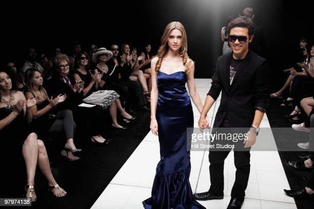 models on runway in fashion show - catwalk toneel stockfoto's en -beelden