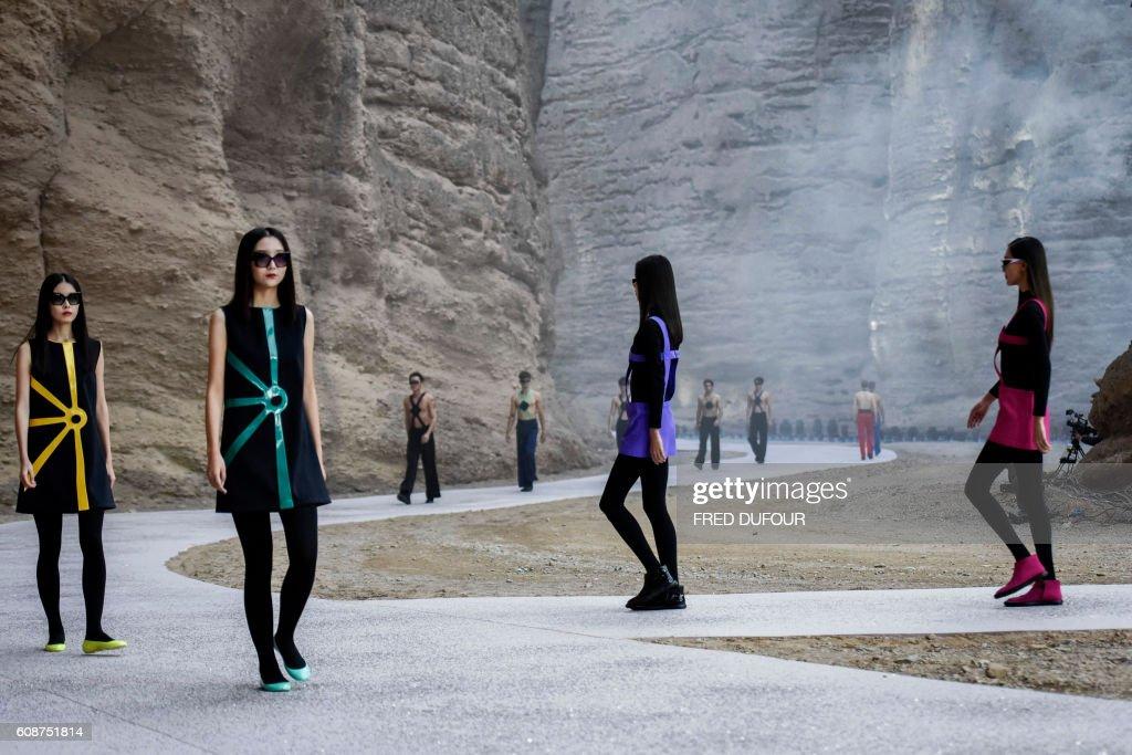FASHION-CHINA-FRANCE-CARDIN : News Photo