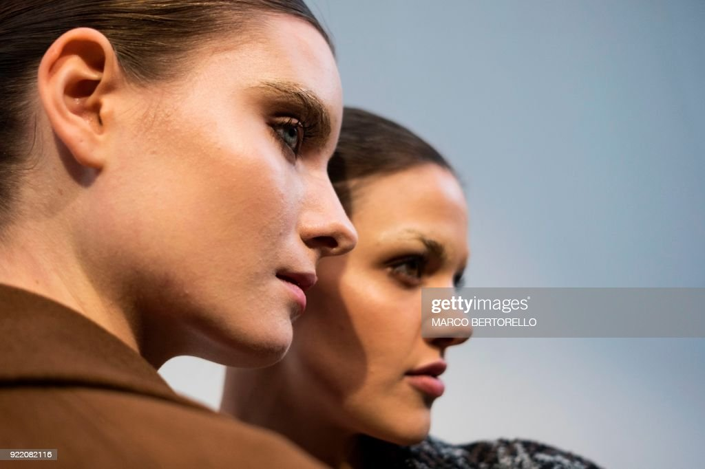 Models pose backstage prior to the women's Fall/Winter 2018/2019 collection fashion show by Lucio Vanotti in Milan, on February 21, 2018. / AFP PHOTO / Marco BERTORELLO