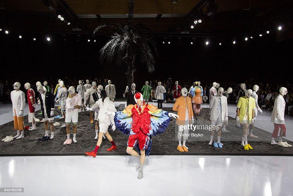 Thom Browne : Runway - Paris Fashion Week - Menswear Spring/Summer 2017 : News Photo