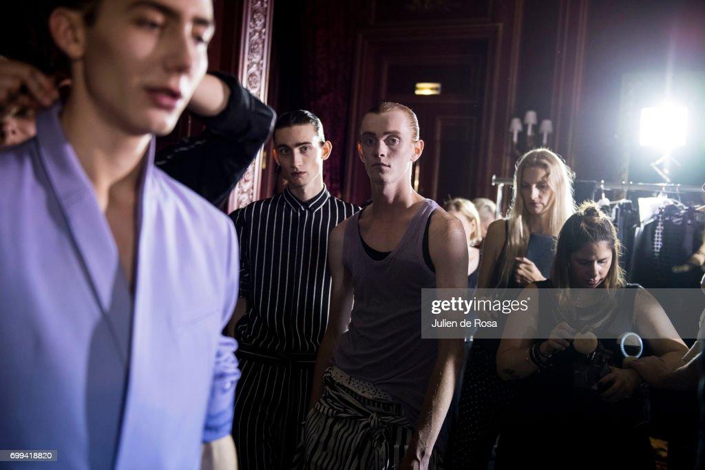 Haider Ackermann : Backstage - Paris Fashion Week - Menswear Spring/Summer 2018 : ニュース写真