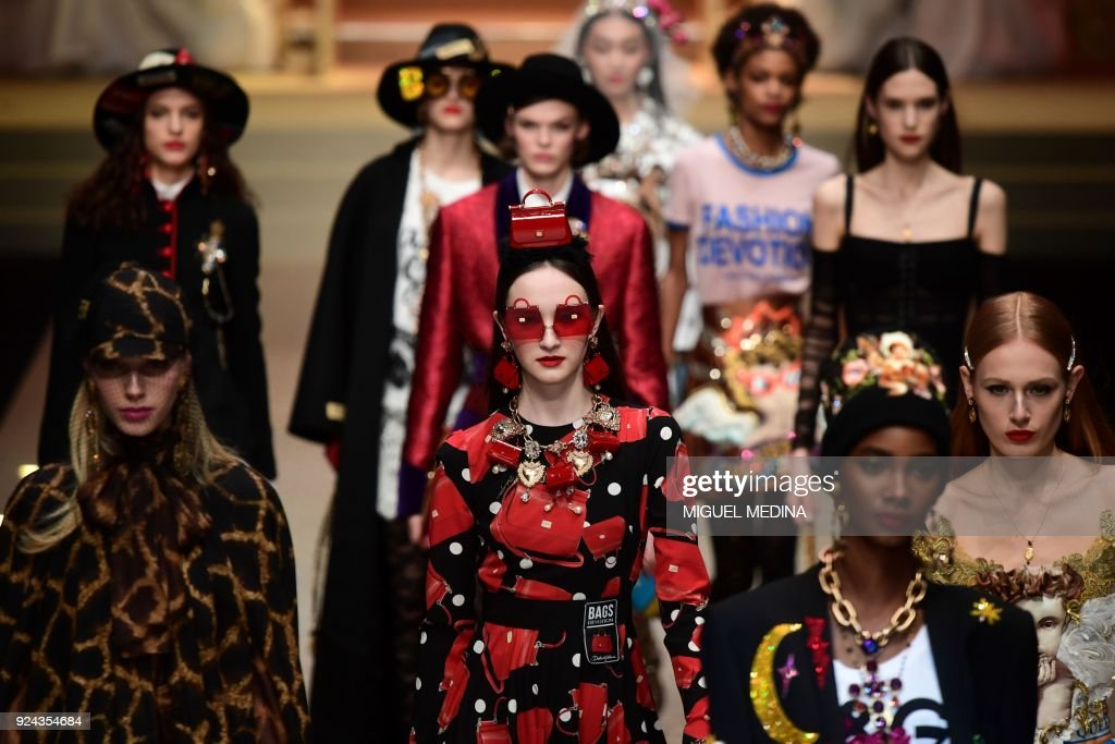 Models present creations by Dolce & Gabbana during the women's Fall/Winter 2018/2019 collection fashion show in Milan, on February 25, 2018. / AFP PHOTO / Miguel MEDINA