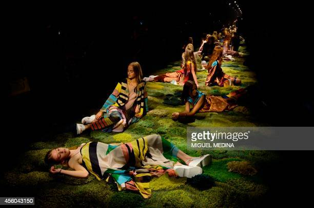 Models present creations by Dries Van Noten during the 2015 Spring/Summer readytowear collection fashion show on September 24 2014 in Paris AFP PHOTO...