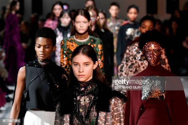 Models present creations by Giambattista Valli during the 2018/2019 fall/winter collection fashion show on March 5 2018 in Paris / AFP PHOTO /...