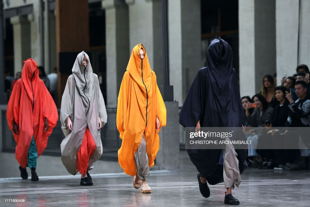 TOPSHOT-FASHION-FRANCE-ISSEY MIYAKE : News Photo
